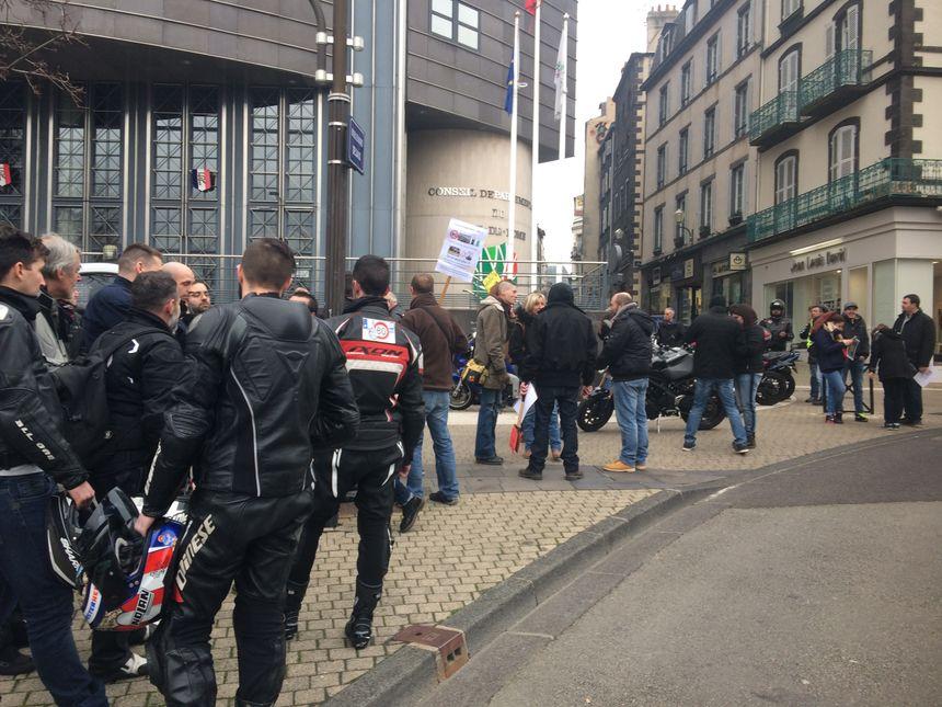 Le rassemblement s'est tenu sous la surveillance des policiers