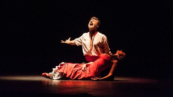 Carmen assassinée : un final orthodoxe fidèle au livret de l'époque de Bizet.