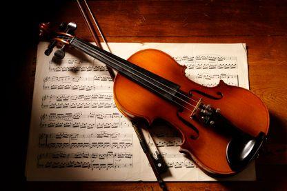 Un violon sur une partition de musique