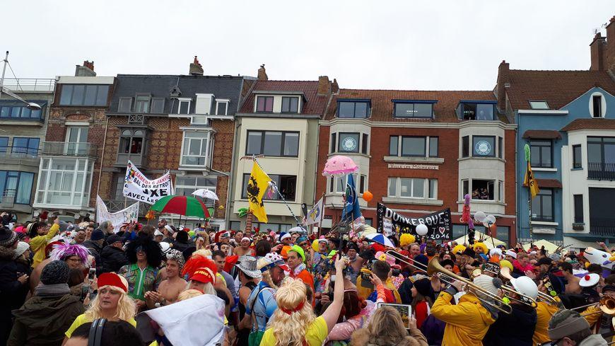 A midi, ce 1er janvier, des centaines de baigneurs se sont jetés à l'eau, dans une ambiance de carnaval, à Dunkerque.