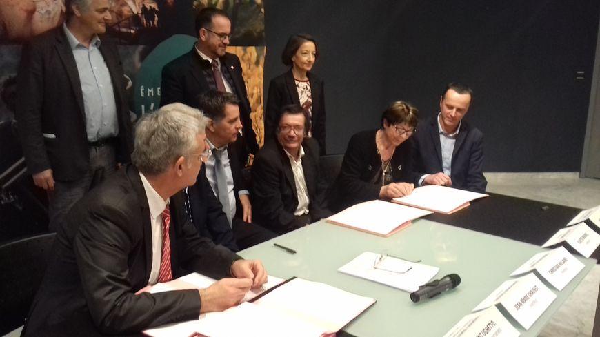 La signature d'un accord avec les trois découvreurs