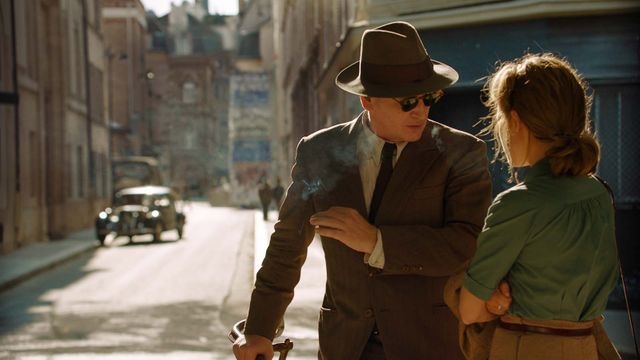 """Marguerite Duras (Mélanie Thierry) face à un agent français de la Gestapo, Pierre Rabier (Benoît Magimel) dans """"La Douleur"""" d'Emmanuel Finkiel"""