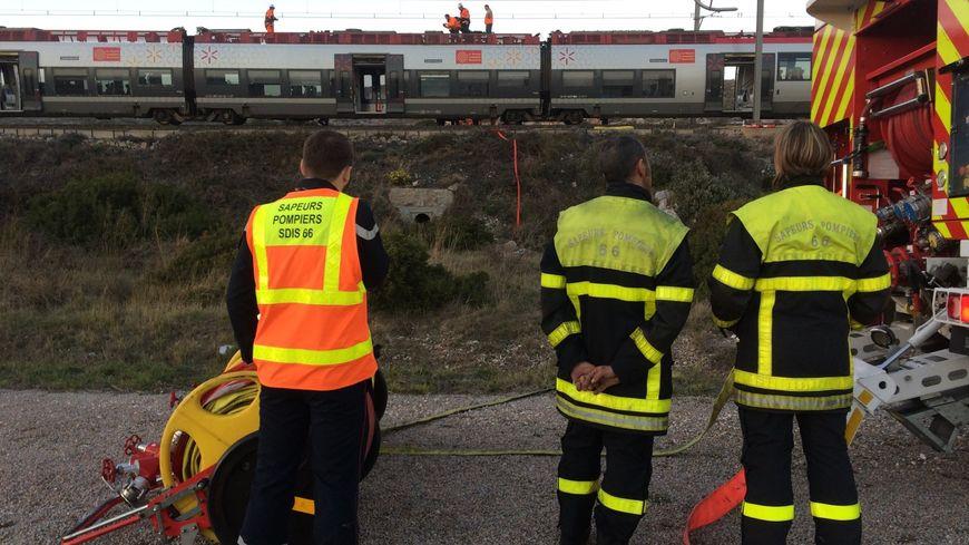 Les pompiers en intervention  sur le TER Marseille-Perpignan