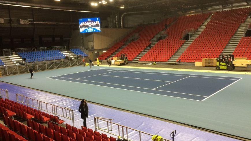 Le court central de la Halle olympique est quasi prêt pour accueillir le premier tour de la Coupe Davis de tennis à Albertville