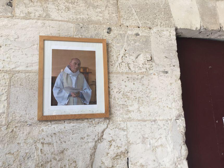 À l'entrée de l'église de Saint-Étienne-du-Rouvray, un portrait du père Jacques Hamel, égorgé le 26 juillet 2016.