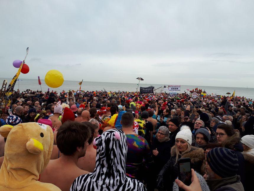 Les nombreux spectateurs formaient une haie d'honneur pour encourager les baigneurs.