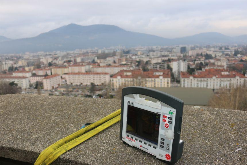 Pour surveiller les fonctions vitales de la victime et transmettre les électrocardiogrammes directement à l'hôpital, les pompiers utilisent cet appareil.