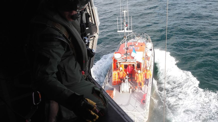 Un navire de commerce et l'hélicoptère Caïman étaient associés pour sauver le skipper en détresse dans le détroitdes Casquets (illustration).