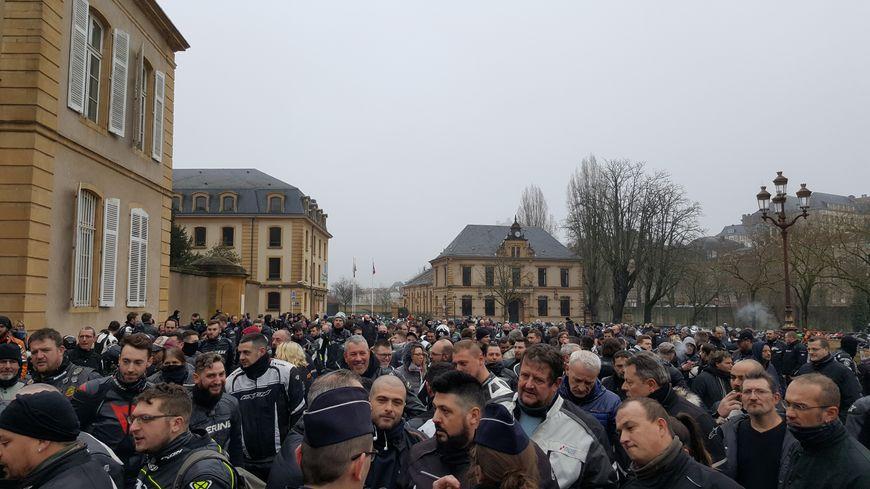 Près de 250 motards ont manifesté samedi 27 janvier aux abords de la préfecture de Metz.
