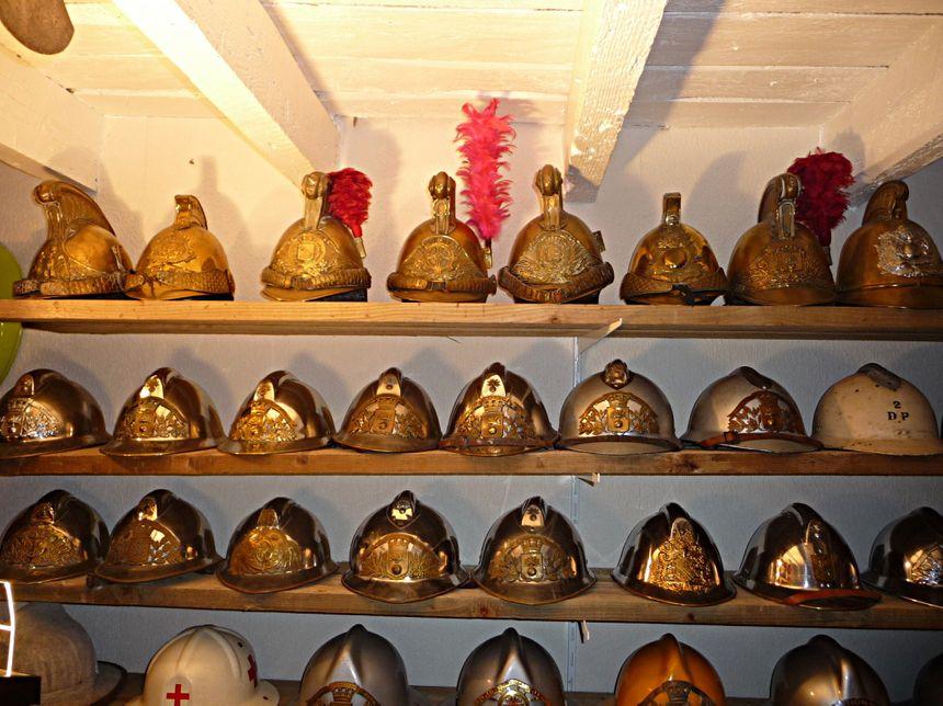 Parmi les milliers d'objets, 500 casques venus de toute la planète