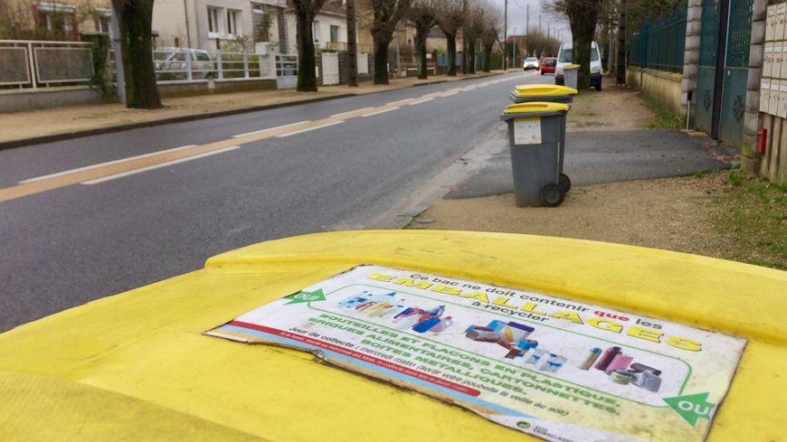 Les poubelles jaunes sont encore de sortie dans les rues de Châteauneuf-sur-Loire.