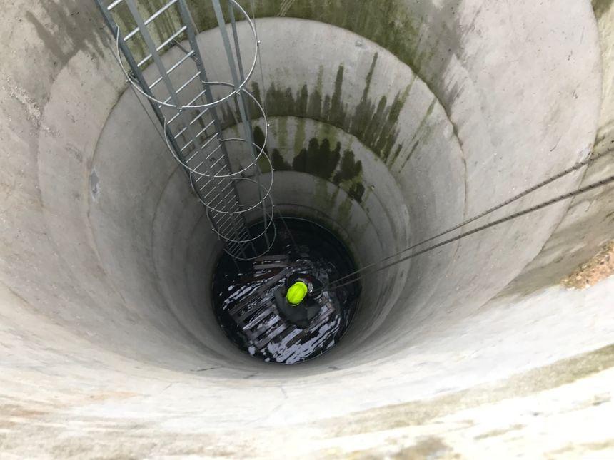 Cette personne coincée dans un puits doit être secourue par les salariés qui la remonte à la force des bras.