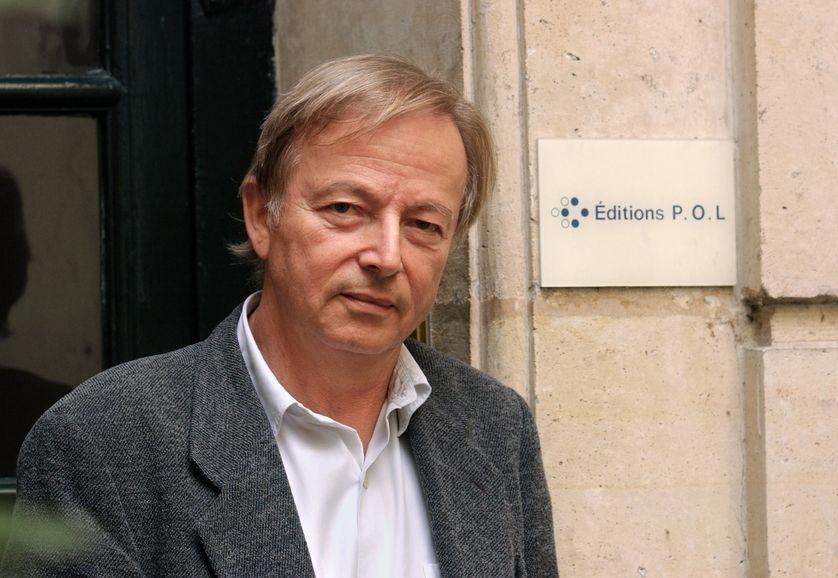 Paul Otchakovsky-Laurens devant l'entrée de l'entreprise de sa maison d'édition à Paris en 2001