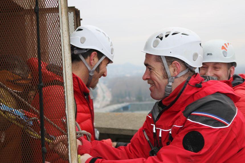 On évacue ensuite le blessé sur le brancard à travers la vieille cage d'ascenseur : avec le sourire !