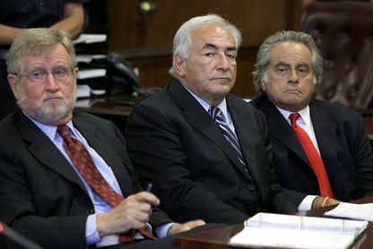 Dominique Strauss-Kahn, avec ses avocats William Taylor, à gauche, et Benjamin Brafman, à droite, à New York, le mardi 23 août 2011.
