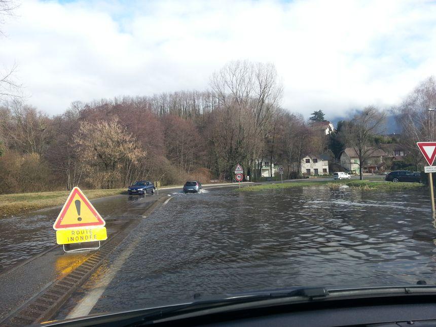Autre conséquence de cette crue : certaines portions de routes sont immergées. Ici en direction du Viviers du Lac