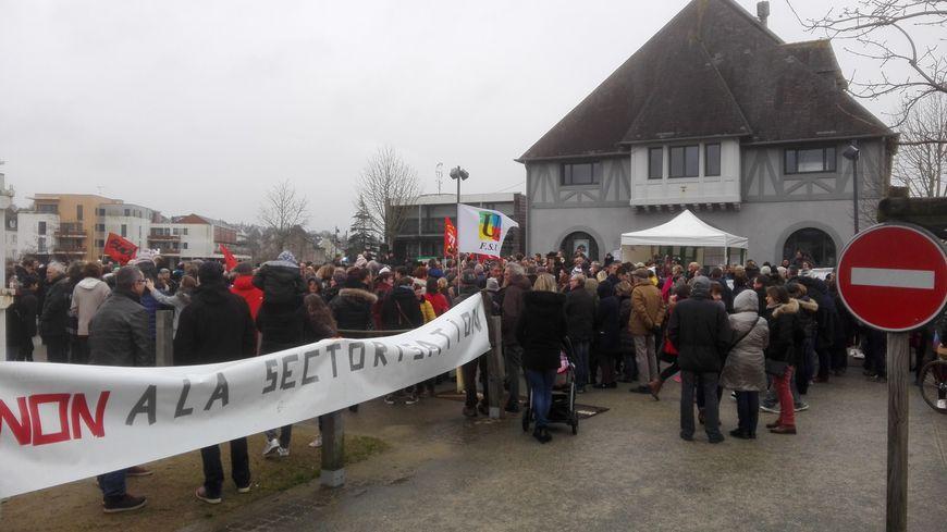 Familles et élus locaux se sont rassemblés devant la salle du Family en début de manifestation