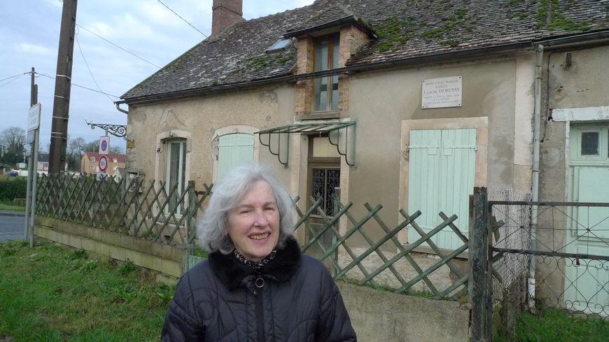 Marie-Jeanne Baeli, présidente de l'association des amis de Claude Debussy devant la maison du compositeur à Villeneuve la Guyard