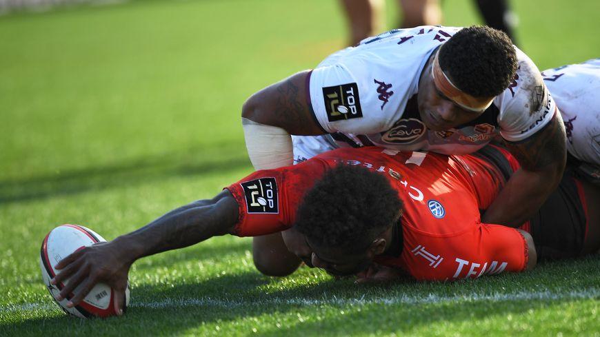 Les joueurs de l'UBB ont été impuissants, à l'image d'Apisai Naqalevu, qui ne peut empêcher Josua Tuisova d'aplatir.