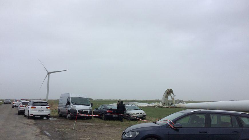 De nombreux curieux viennent voir l'éolienne au sol