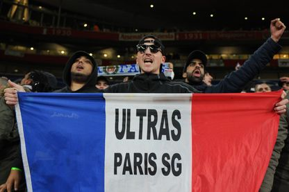 Les fans du PSG lors du match de Champions League entre Arsenal et Paris Saint Germain au Emirates Stadium le 23 novembre 2016 à Londres,