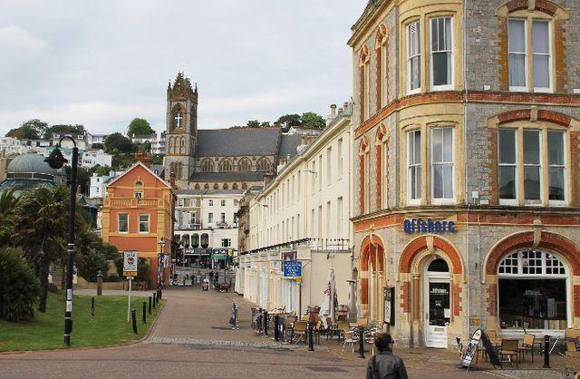 Palk Street à Torquay. Des centaines de sociétés françaises ont élu domicile non loin d'un café appelé « Offshore »