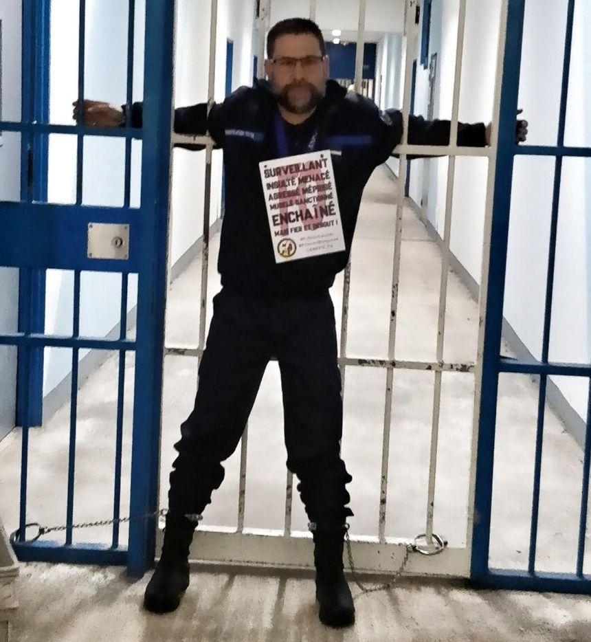 Le responsable syndical FO Hervé Ségaud s'est enchaîné à une porte.