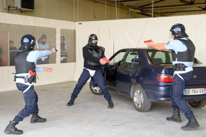 Exercice d'intervention sur un véhicule suspect dont le conducteur se révèle armé et agressif