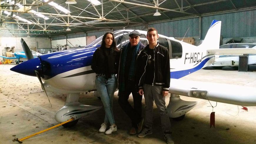 Constance et Sandy avec Luc Jobert le président de l'aéro-club de Joigny devant l'avion qui sert à l'instruction des pilotes