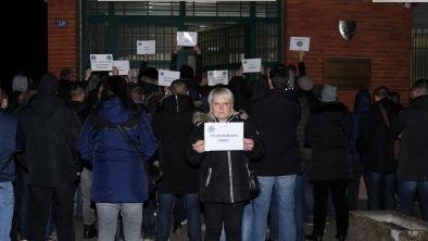 Une soixantaine de policiers se sont rassemblés devant le commissariat de Freyming-Merlebach pour apporter leur soutien à la compagne du policier qui s'est donné la mort