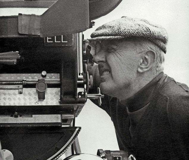 """Jacques Tati se tient derrière la caméra lors du tournage de """"Playtime"""" en 1966."""