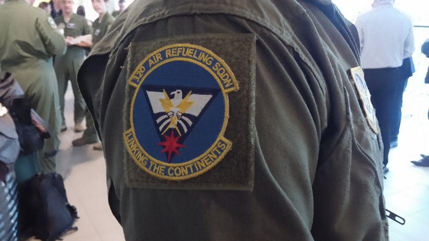 Chaque soldat porte sur son épaule l'écusson du fameux escadron de ravitaillement en vol.
