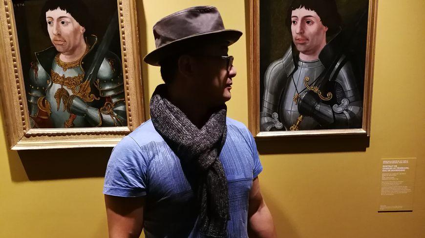 Le responsable d'une agence de voyage chinoise devant le portrait de Charles le Téméraire au Musée des Beaux-Arts de Dijon