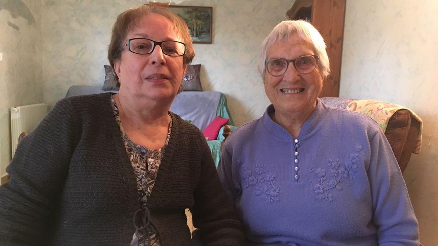 Depuis trois ans, Odile, bénévole, rend visite à Simone dans sa maison à Montélimar.