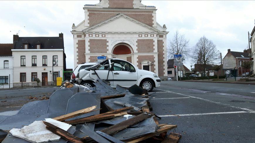 Une partie du toit de l'église de Marchiennes s'est effondré détruisant une voiture