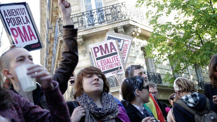 """Rassemblement du collectif """"Oui Oui Oui Égalité"""" en faveur de la PMA, à Paris, en 2013."""