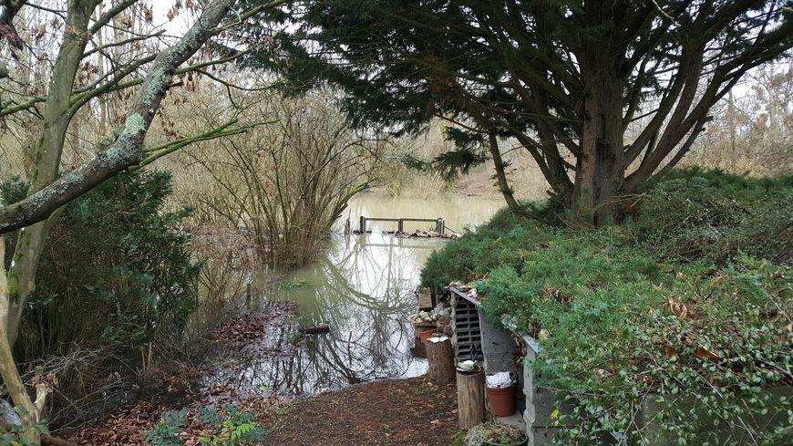 Le jardin inondé d'un habitant de Vernon samedi.