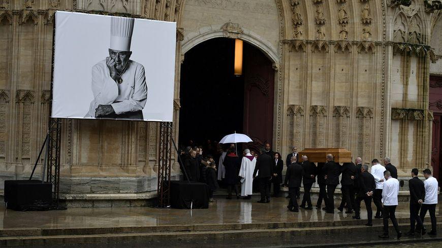 Le cercueil de Paul Bocuse entre dans la cathédrale Saint-Jean, à Lyon.