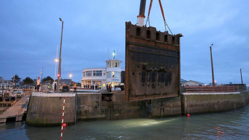 La première porte d'écluse a été retirée lundi 29 janvier. Son poids ? 90 tonnes !