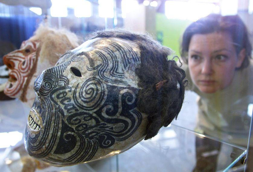 le 30 juiTête tatouée et momifiée Maori exposée halle Tony Garnier à Lyon lors de la 5e Biennale d'art contemporain en juin 2000