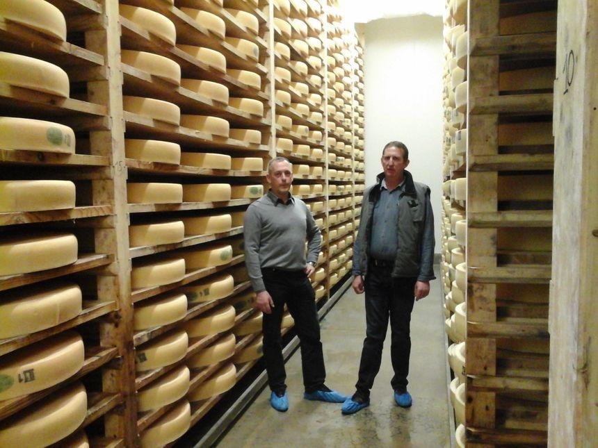 """Jean-François, président, et Philippe, administrateur, dans la cave de la Fruitière... pour une visite """"AOCey"""""""