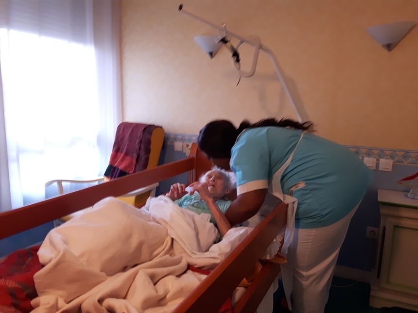 Les aides-soigants, de moins en moins nombreux, doivent jongler entre les malades pour leur apporter les meilleurs soins en un minimum de temps