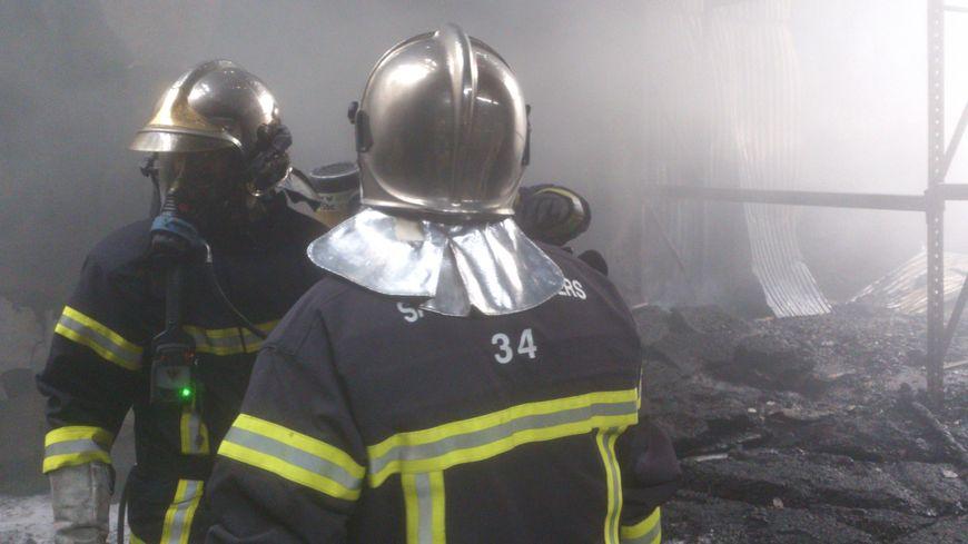 Intervention des pompiers sur un incendie dans un bâtiment