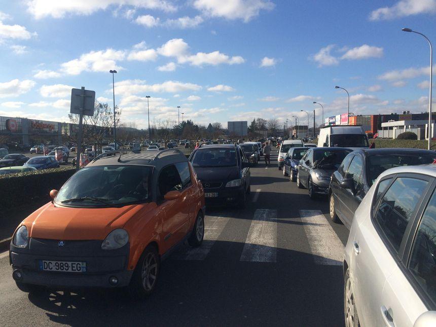 Des automobilistes ont été bloqués plus d'une demi-heure avant de dépasser le centre commercial de Trélissac.