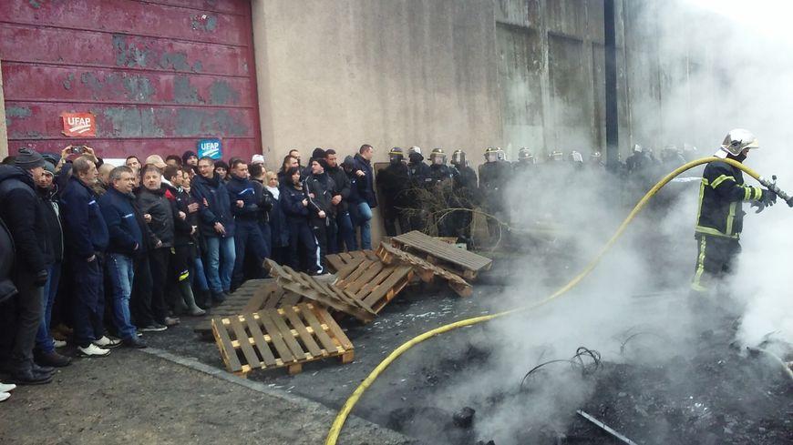 Devant la prison de Metz, les pompiers éteignent le brasier des surveillants avant l'intervention des CRS