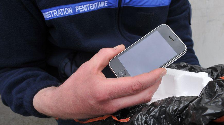 Selon le ministère de la Justice, l'introduction du téléphone fixe dans les cellules permettrait de réduire le trafic des téléphones mobiles.