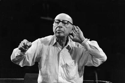 Igor Stravinsky dirige le New Philharmonic Orchestra lors d'un concert de son œuvre au Royal Festival Hall, Londres, Angleterre, le 15 septembre1965.