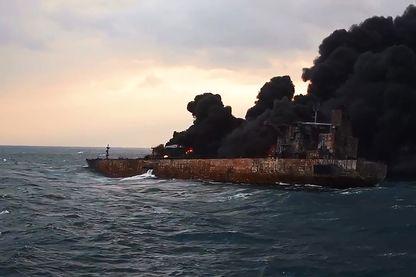 """Cette photo du ministère des Transports de la Chine prise et diffusée le 11 janvier 2018 montre de la fumée et des flammes provenant du pétrolier """"Sanchi"""" en flammes au large des côtes de l'est de la Chine."""