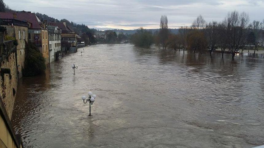 Les quais du Bugue sous les eaux.