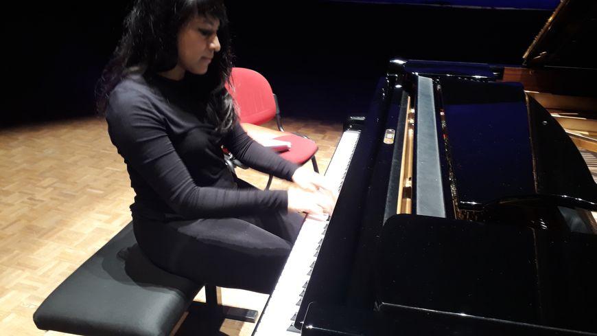 Shani Diluka, une pianiste de renommée internationale, se produisait ce dimanche à La Flèche dans le cadre de la Folle Journée
